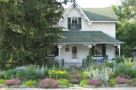 Around the World B&B, Blue Room - Bradford West Gwillimbury