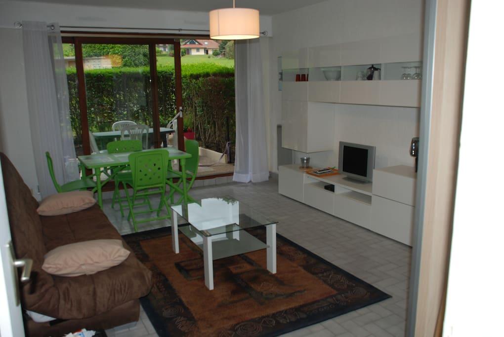 Salon avec vue sur terrasse