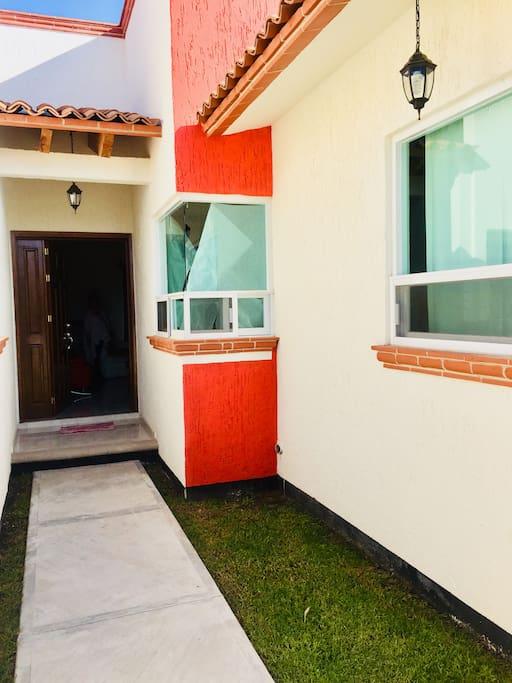 Front Door. Puerta de entrada.
