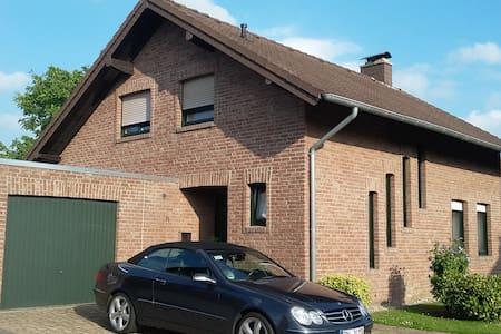 Schöne Wohnung mit Terrasse im Einfamilienhaus - Inden - 公寓