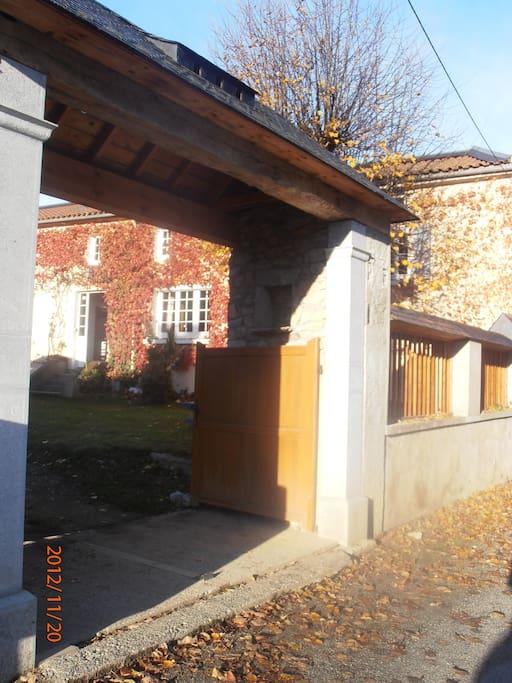 Entrée principale par un portail typique de la vallée d'Aure.