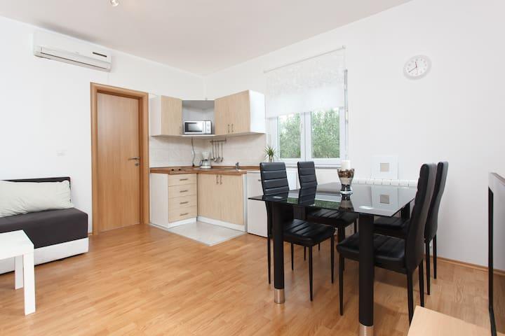 * * * * NEW & MODERN accommodation - Okrug Gornji - Daire