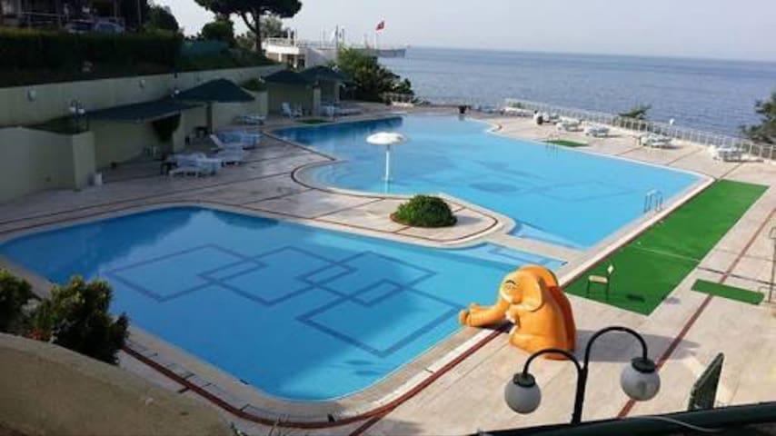 Denize sıfır sakin bir sitede tatil - Istanbul - Casa de campo