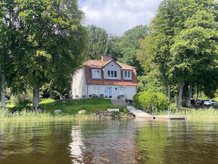 Stort hus vid sjön Åsnen med egen brygga o jacuzzi