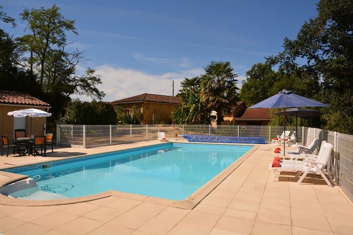 Family friendly villa with private swimming pool, trampoline and table tennis
