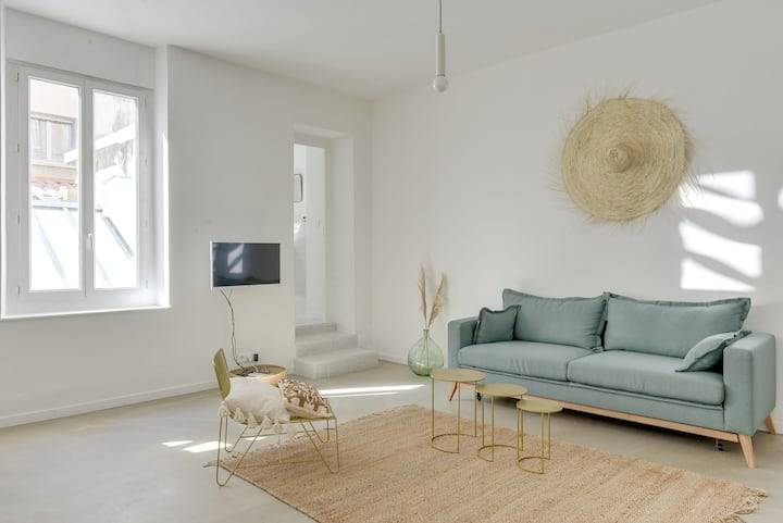 NICE APARTMENT BRIGHT - CLOSE OLD PORT - FOR 2 PEOPLE