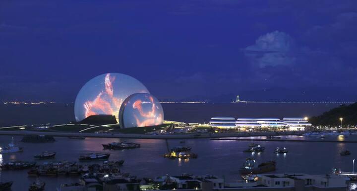 直观日月贝,紧邻扬名广场繁华地段正海景大房,室内是世界艺术品展览,阳台观赏最美艺术建筑珠海歌剧院。