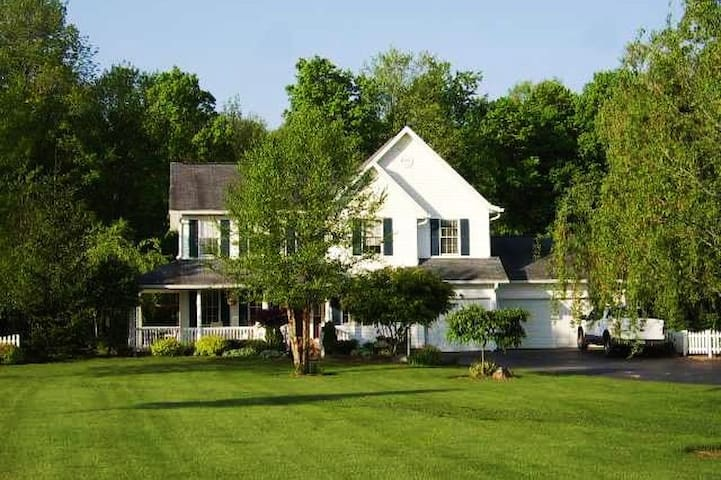 Peaceful country home by DePauw and Monon Bell!