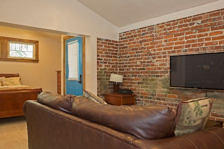 Brick Carriage House in Old SW - Casa