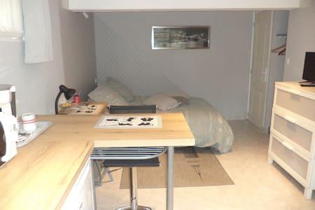studio  indépendant en souplex   dans maison.
