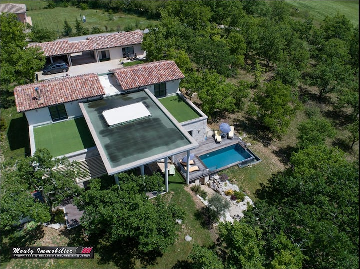 Amazing Villa with show kitchen, pool & cottage