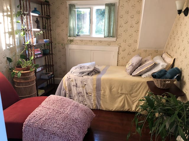 Bright, relaxing single bedroom on Raritan Line