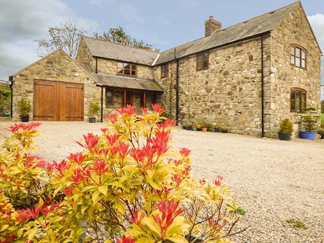 COED Y GAER, family friendly, with a garden in Llansilin, Ref 941208