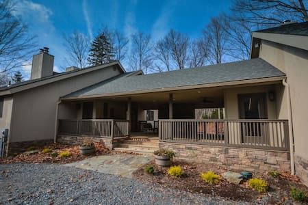 Beautiful 7 Bedroom Remodeled Home near Mount Snow - Ház