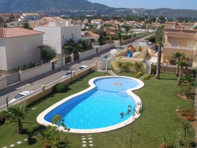 Fabulosa piscina con zona de niños, muy agradable para tomar el sol.