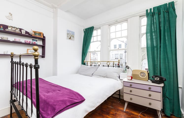 Lovely sunny room in South. London