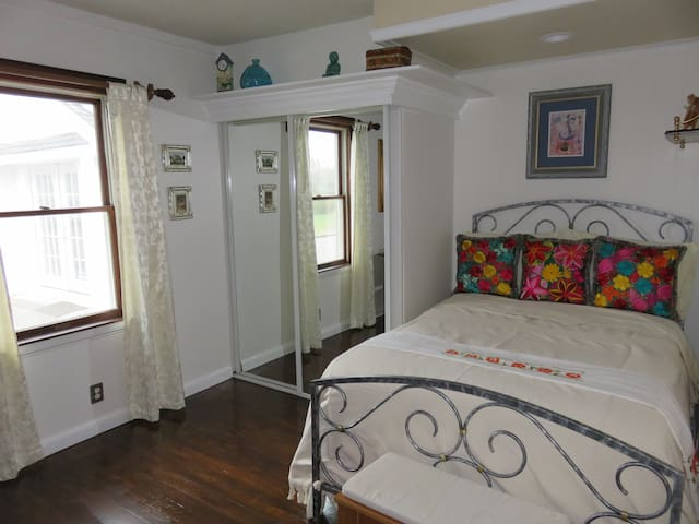 THE JOYFUL SUITE WITH PRIVATE BATHROOM-Get inspire - Center Moriches - Casa