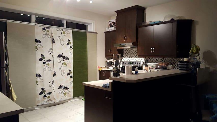 Belle chambre au sein d'une famille - Montréal - House