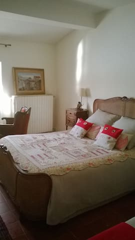 Le lit deux places de la chambre Vue sur Rhône matelas confortable.The double comfortable bed of the room Vue sur Rhône