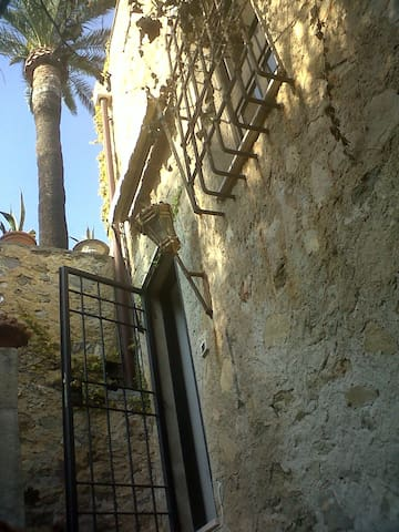 Old Tower with Garden and patio - Finale Ligure - House