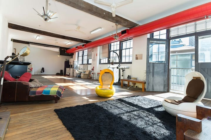 Huge City Warehouse apartment, walk to harbour!