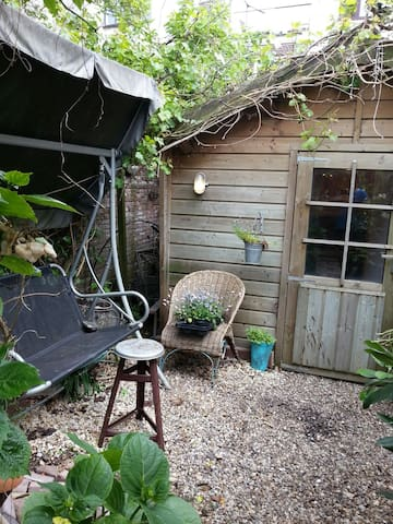 Romantic tiny gardenhouse inUtrecht