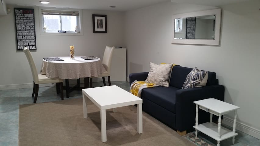 Cozy Bsmt suite near the Lake