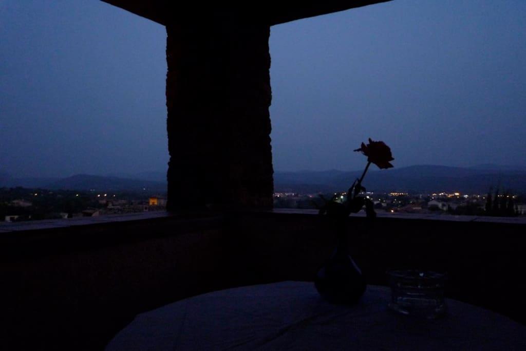 Zwoele zomeravond in de loggia.