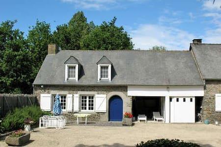 T3 dans propriété, étang,Piscine - Roz-Landrieux - Huis