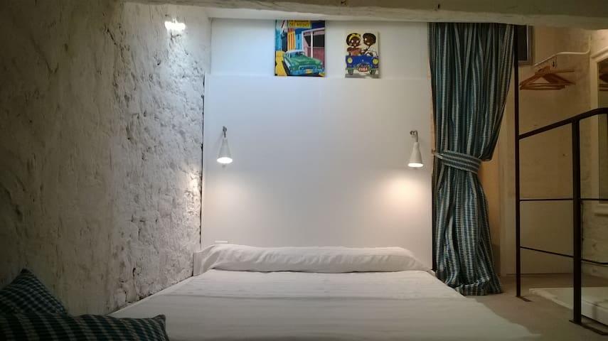 Cosy,claire, lit style futon confortable en 140 cm. Cosy, bright,comfortable futon style bed,140cm