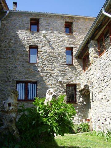 La fachada del jardín, a la derecha ventanales del apartamento Montañesa