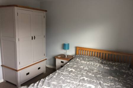 Cosy double-bedroom in North Leeds with parking