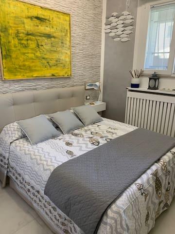 camera  da letto principale  1) letto matrimoniale con grande armadio guardaroba e cassaforte e ventola a soffitto.