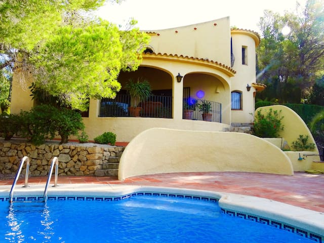 Exclusive villa with private pool near golf & town
