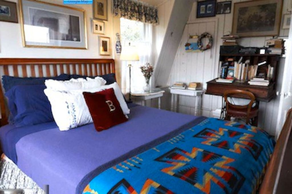 West Room: Queen bed, private hall bath, water view. Walk to all!