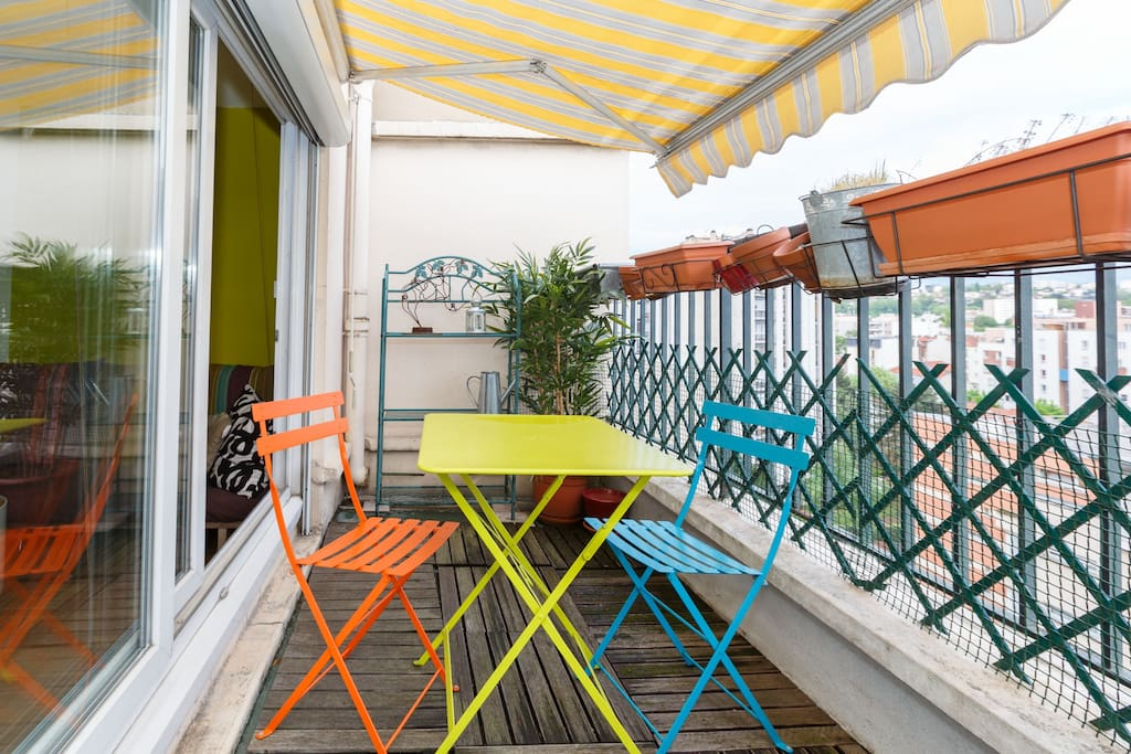 Install the dining table to eat with four people on the terrace / Installez la table pour manger à quatre personnes sur la terrasse