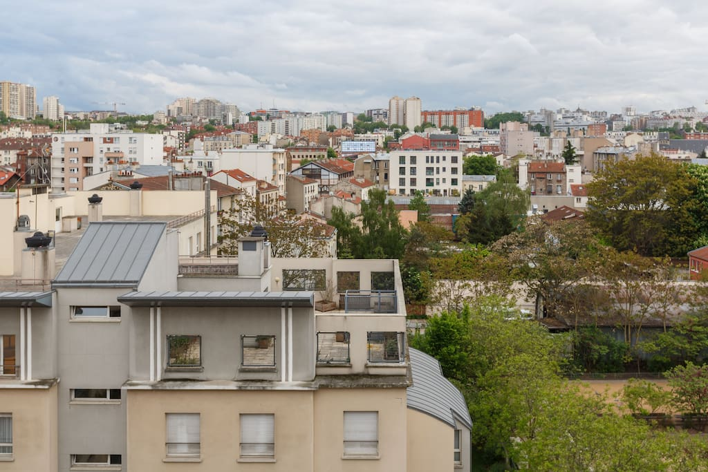 Located on a quiet street. From the terrace overlooking the rooftops without any opposite / Situé dans une rue calme. Vue sur les toits depuis la terrasse sans aucun vis à vis /