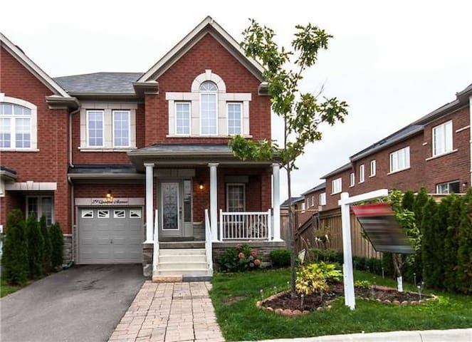 Versatile Bachelor Space with Den and Second Bed! - Richmond Hill - Apartment