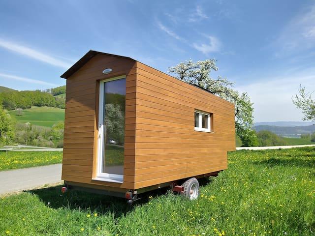 Holzbauwagen mit Weitsicht bis zu den Alpen