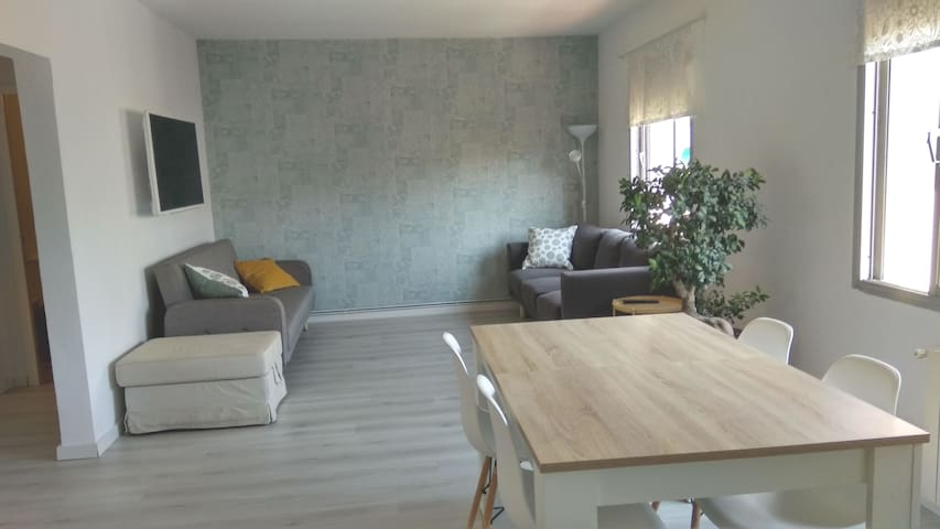 Double bedroom in bright & quiet apartment/WiFi