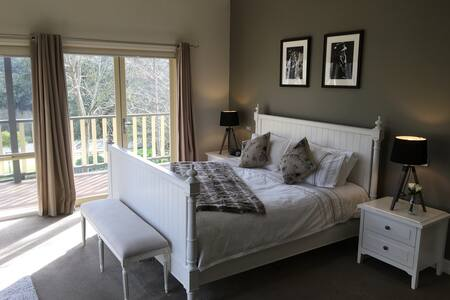 'Emerald Ridge' Private Guest Room set on 10 acres - Emerald
