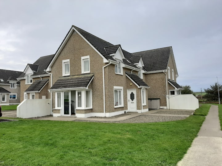 Spacious Family Friendly home beside Kilkee Beach