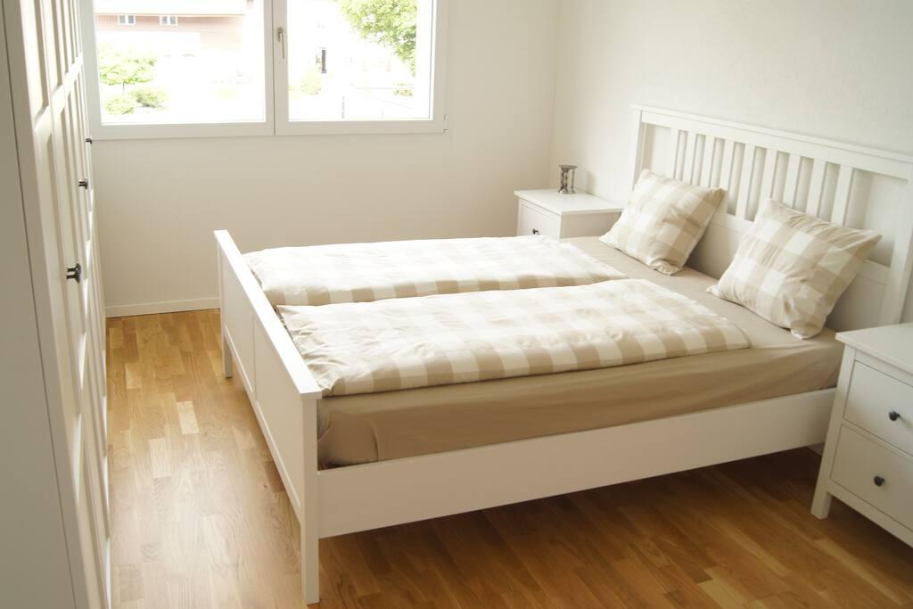 Schlafzimmer 1x Doppelbett 1x Einzelbett 1x Kleiderschrank