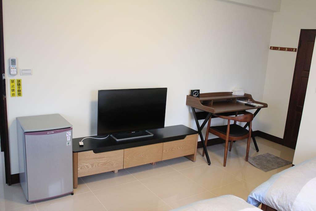附有電視、冰箱