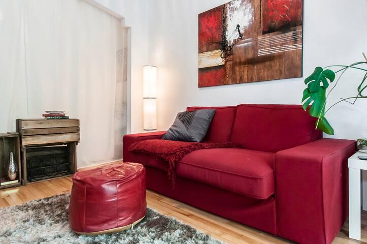 Beau salon coloré, éclairée et confortable; avec 1er balcon / Cozy, colorful and well lighted living room; 1st balcony
