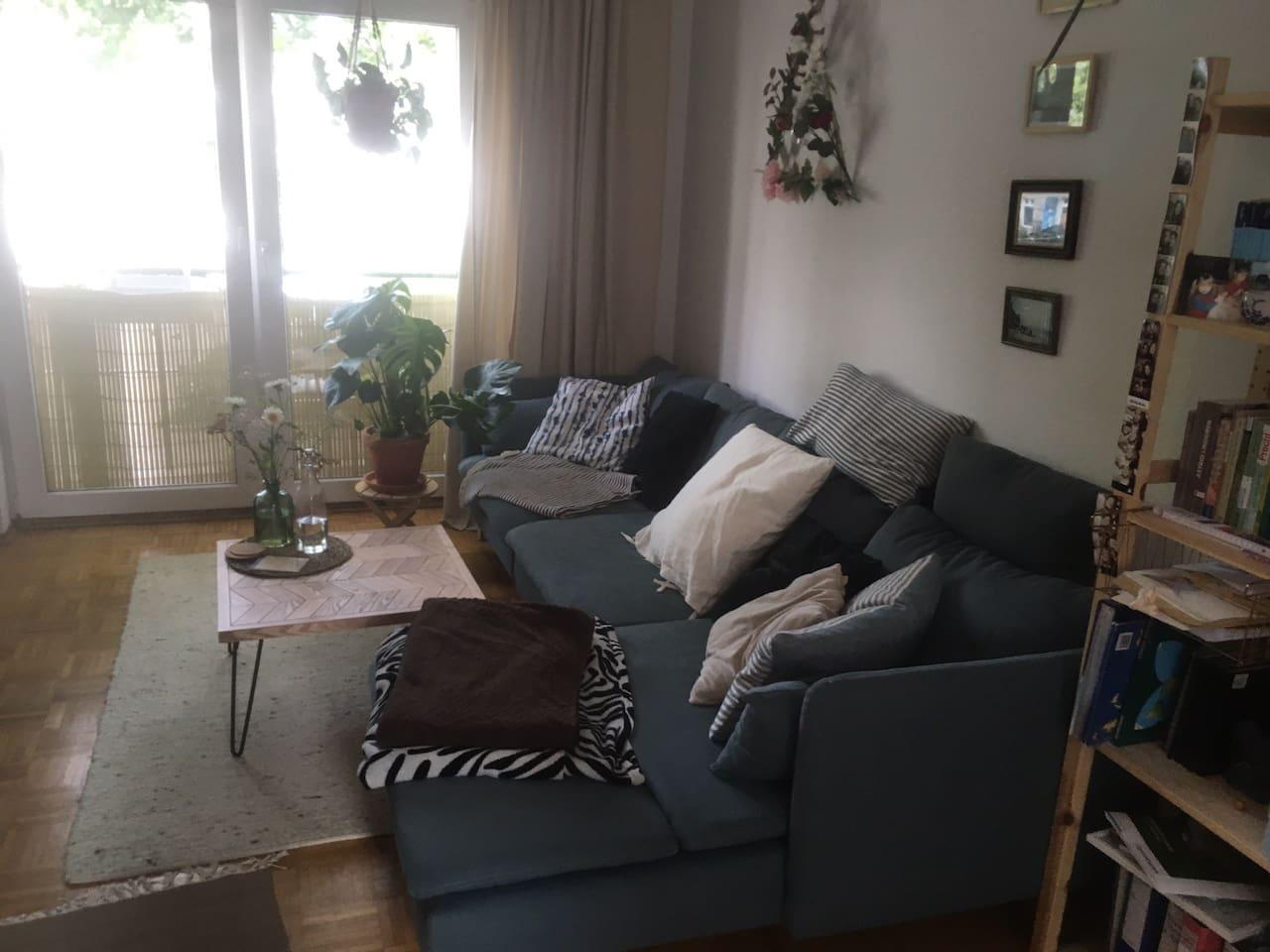 Gemütliche Couch mit Blick zur Straße