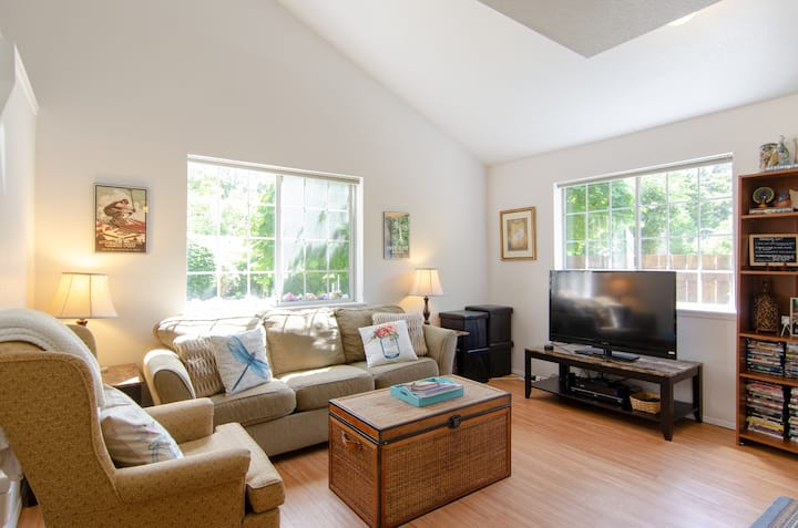 Cute & Quiet Olympia Townhouse (No Cleaning Fee)