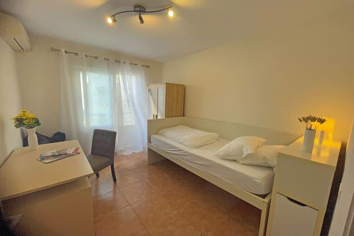 WohnungAltea Schlafzimmer mit Blick auf die Berge - dormitorio pequeno con vistas al la montaña