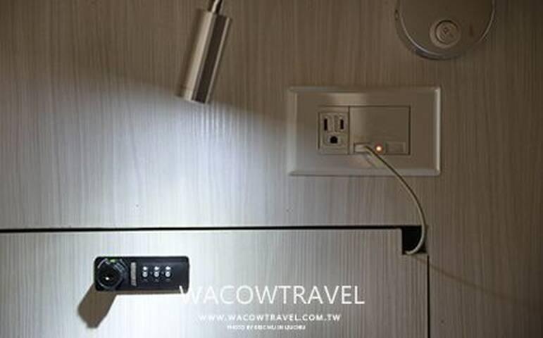 RESTbackbacker每床位設有密碼鎖之保險櫃、桌燈、USB充電插座