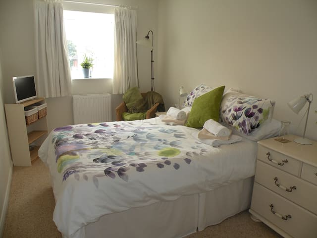 Double room in quiet location, en-suite, parking